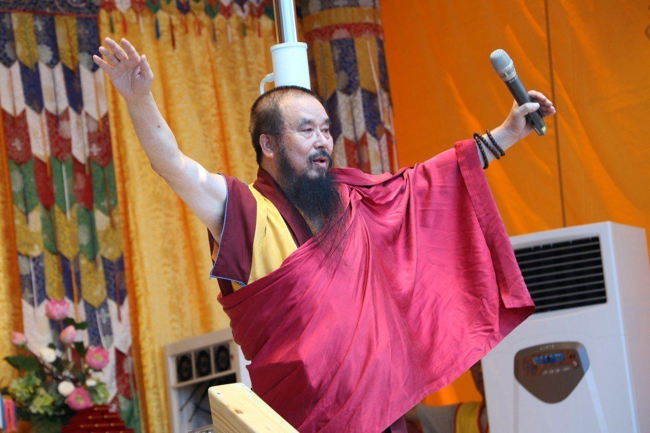 世界佛教正心會金剛上師仁波呼籲,信眾要「居家清潔、安居樂業」。圖/新北社會局提供