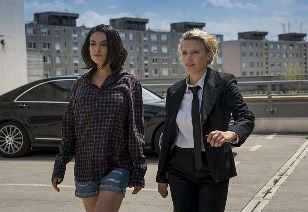 蜜拉庫尼斯和凱特麥金儂在「老娘也要當間諜」連手搞笑。圖/摘自imdb