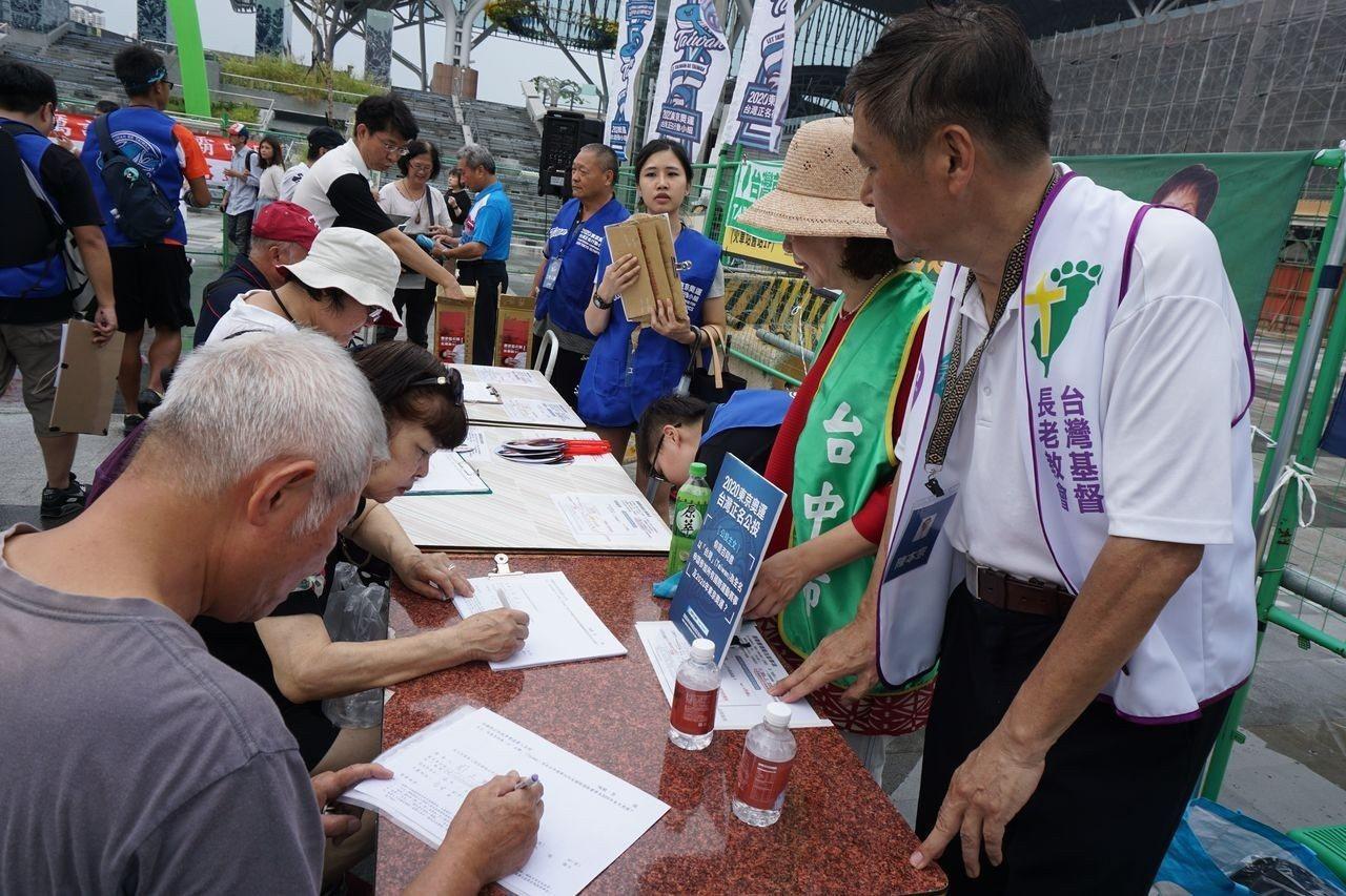 台中市醫界聯盟等多個台中本土社團今天響應東奧台灣正名小組在台中火車站的連署活動。...
