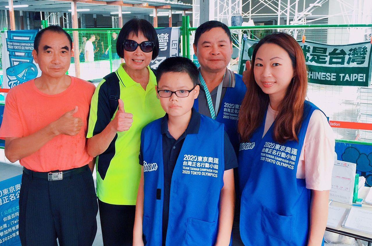 東京奧運正名公投提案領銜人「飛躍羚羊」紀政(左二)到台中,為連署站的志工加油打氣...