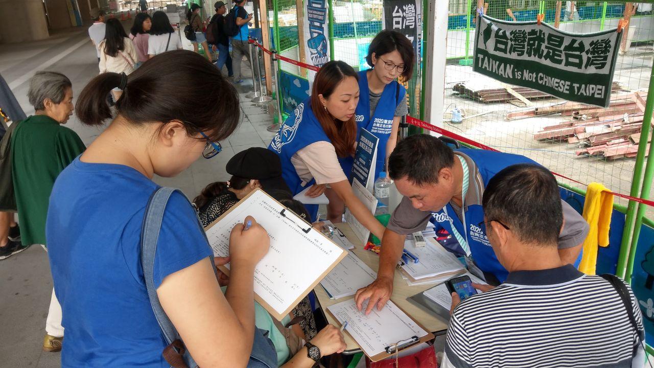 東奧台灣正名小組在台中火車站前設置的連署站,吸引民眾參與。記者趙容萱/攝影