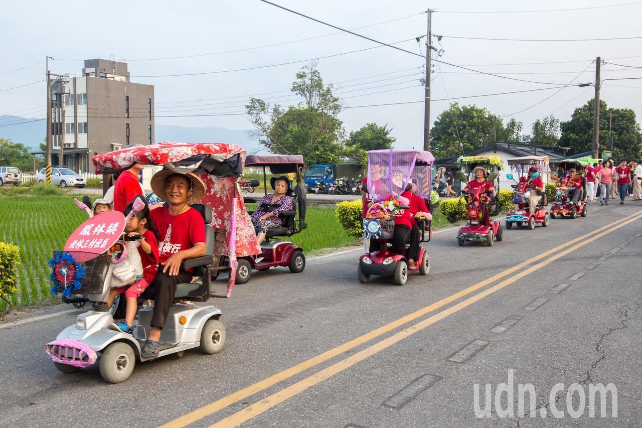 鳳林鎮北林三村當地阿公阿嬤騎著裝扮「蝦趴」的電動自行車遊街,為活動增添活力。記者...