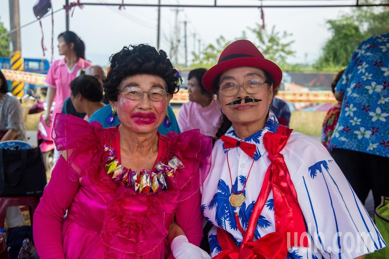 家住花蓮吉安鄉的80歲葉姓阿嬤(右),為這次表演女扮男裝,與男扮女裝的70歲張性...
