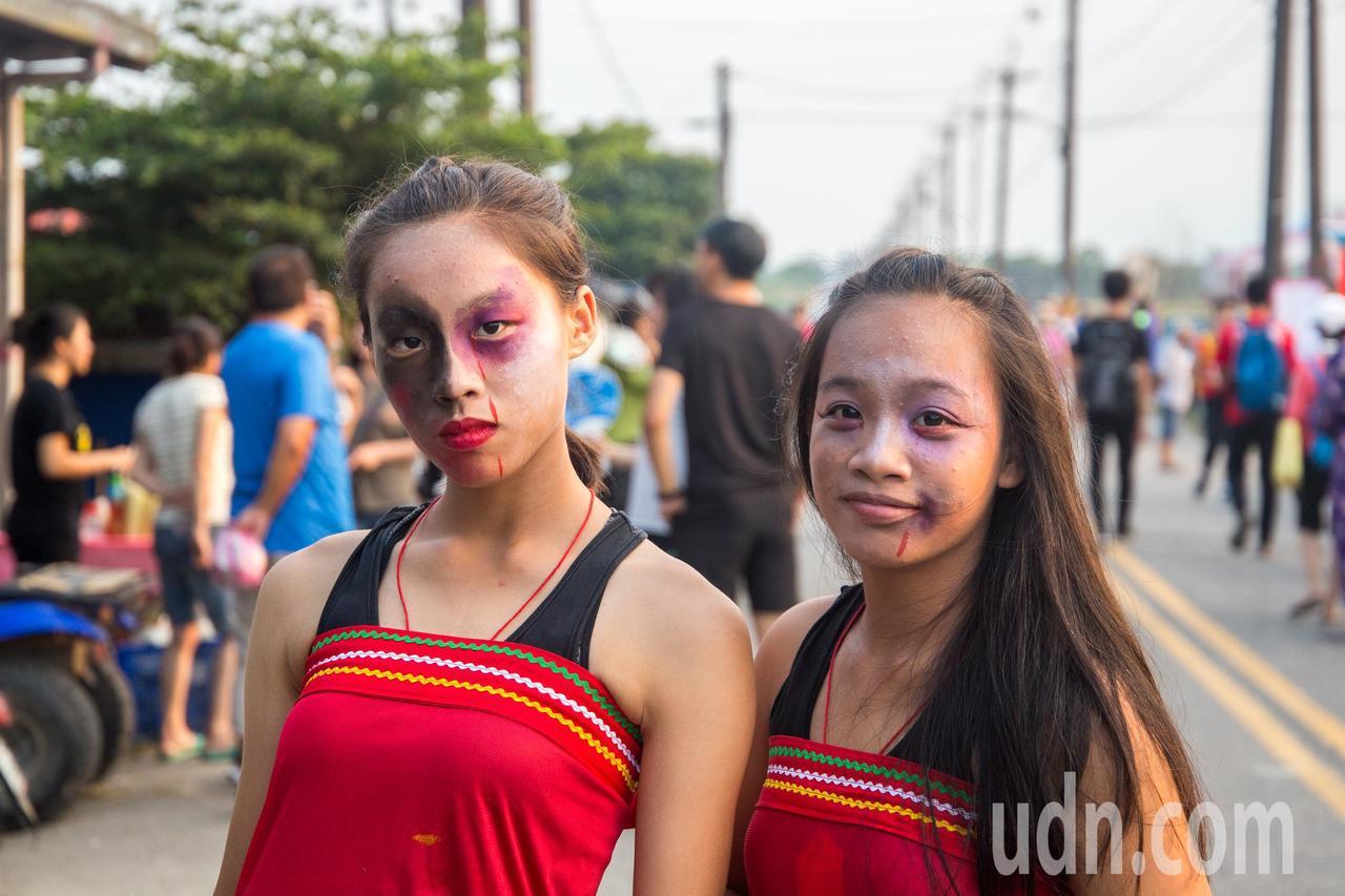 花蓮縣鳳林鎮今天舉辦百鬼夜行祭,現場可不只有年長者參加,年輕的大學生也慕名而來,...