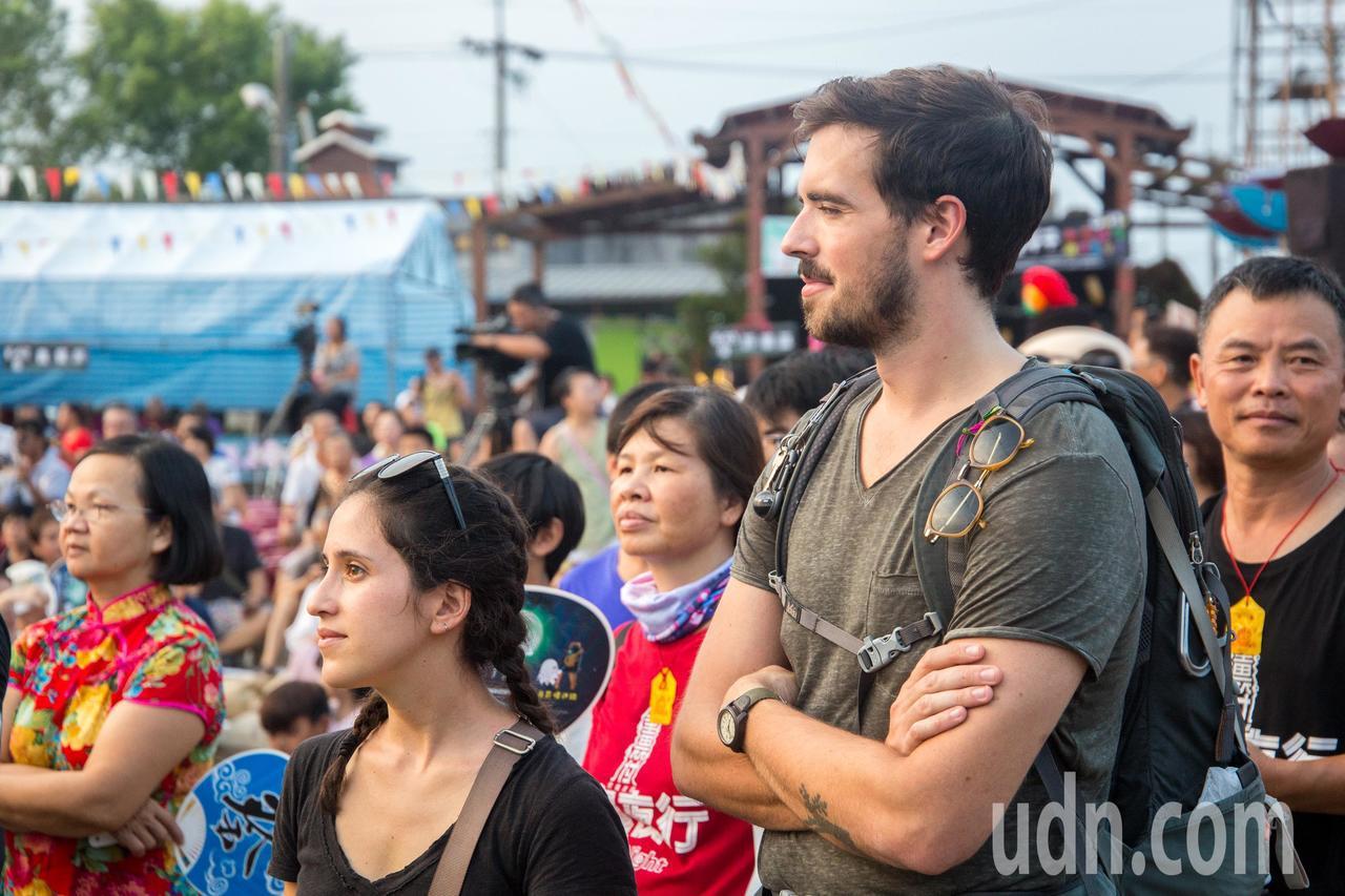 花蓮縣鳳林鎮今天舉辦的百鬼夜行祭,吸引外籍遊客慕名參加。記者蔡翼謙/攝影