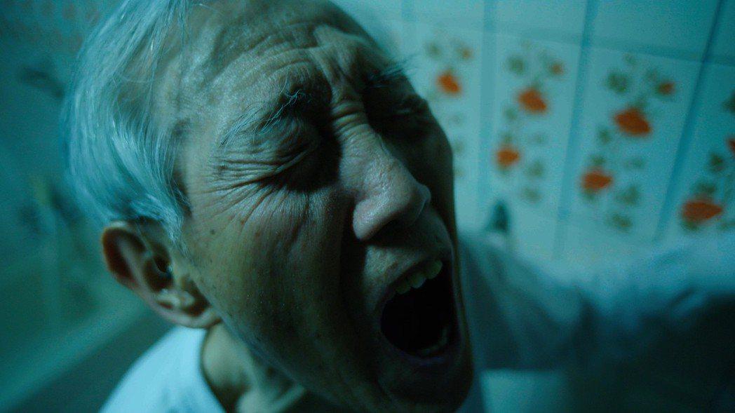 高振鵬在戲中演出痛苦尿出血尿畫面。圖/公視提供