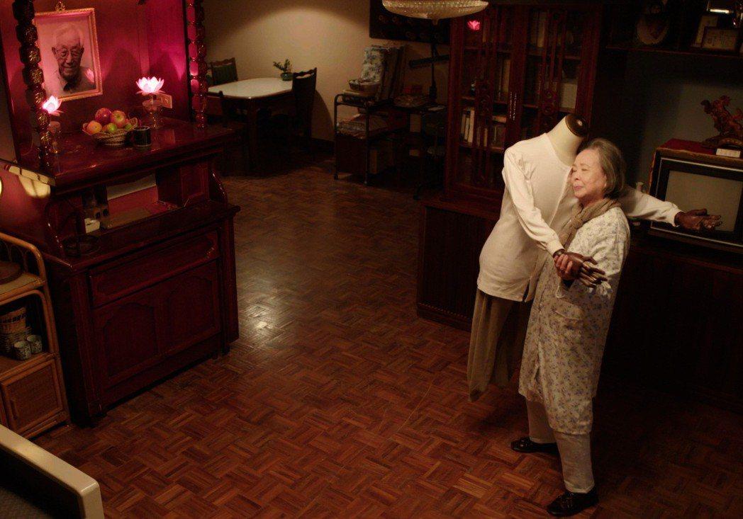 梅芳在「水槍」中演出抱著老伴衣物假人跳舞。圖/公視提供