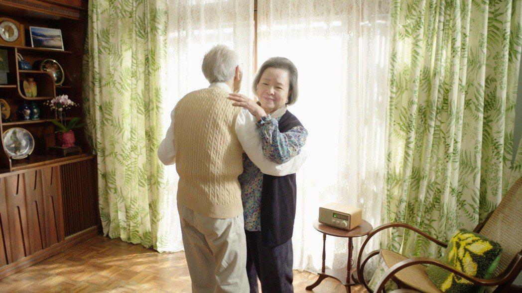 梅芳在「水槍」中演出回憶與老伴共舞情景。圖/公視提供