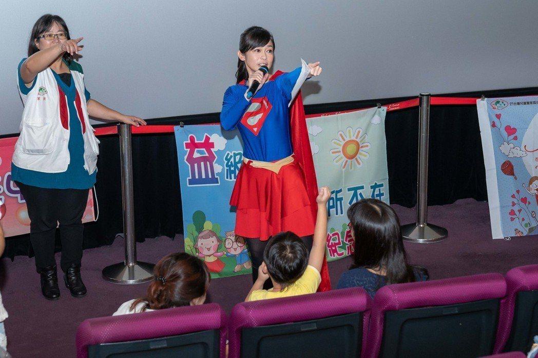 鄭凱云扮成女超人。圖/TVBS提供