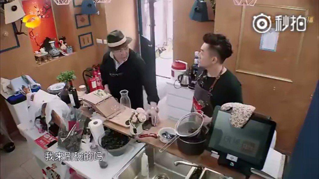 張鐵林(左)現身「中餐廳」,和蘇有朋話家常。圖/摘自芒果TV微博