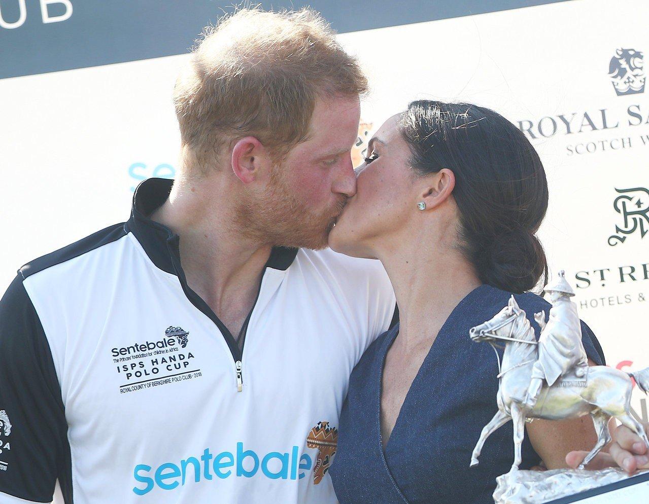 「馬球場之吻」是皇室成員難得被捕捉到的親密畫面。(路透社)