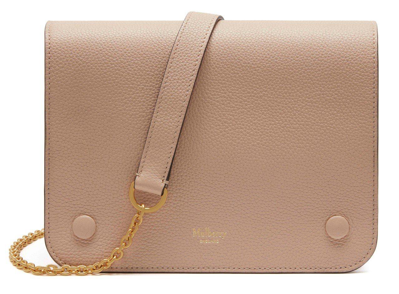 除了喜愛裸色系鞋履,這款MULBERRY Clifton裸粉色包款梅根也常搭配。...