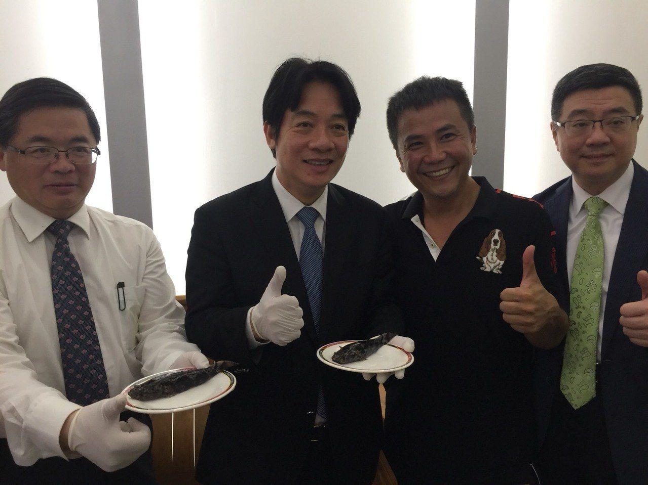 行政院長賴清德(左二)端著裝有筍殼魚的盤子,讓記者拍照。記者吳政修/攝影