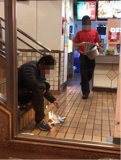 段姓男子去年在一家麥當勞店內燒千元大鈔,被拍下過程PO在臉書社團爆料公社。 圖/...