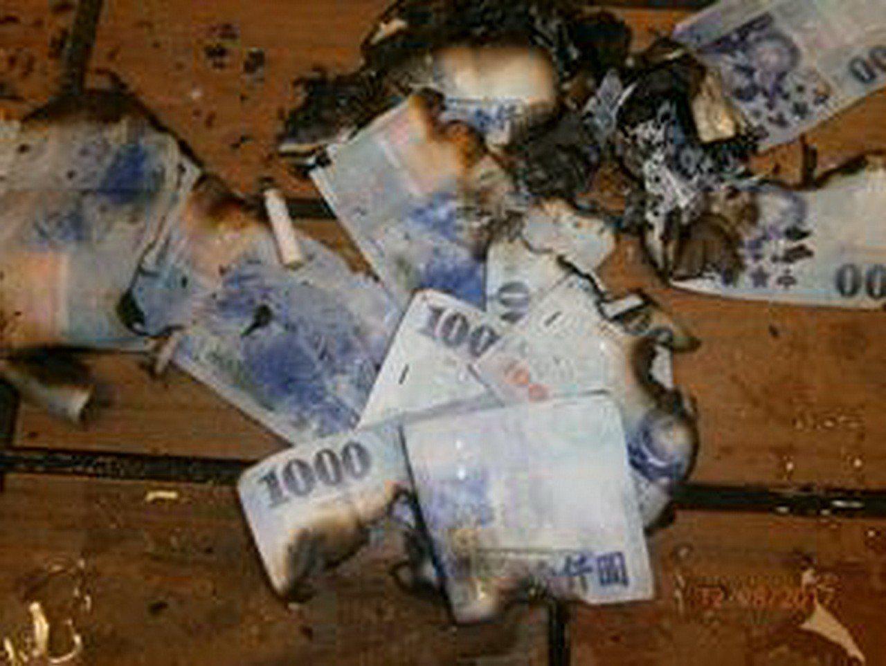 段姓男子去年一家麥當勞店內燒毀25張千元大鈔,被苗栗地院判罰1萬元,燒毀的紙鈔全...