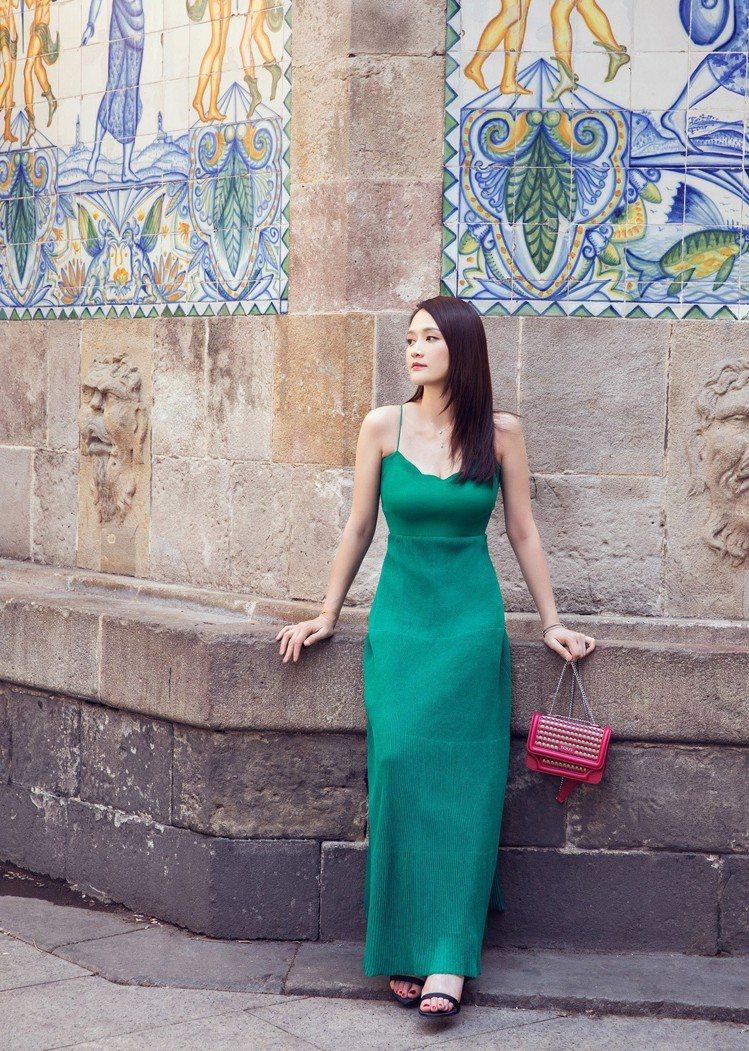陳喬恩身著Sandro 2018春夏系列湖水綠針織連身裙街拍。圖/Sandro提...