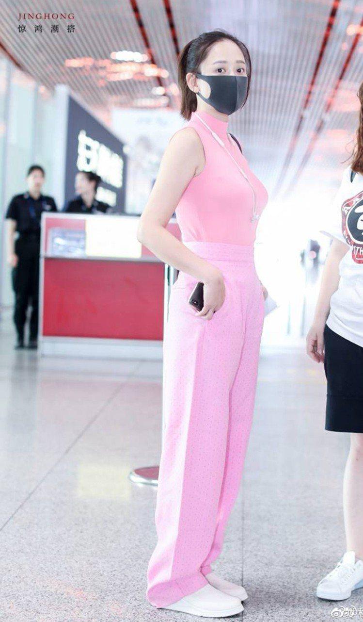 陳喬恩現身北京機場時身著Sandro 2018春夏系列粉色高腰西裝長褲。圖/Sa...