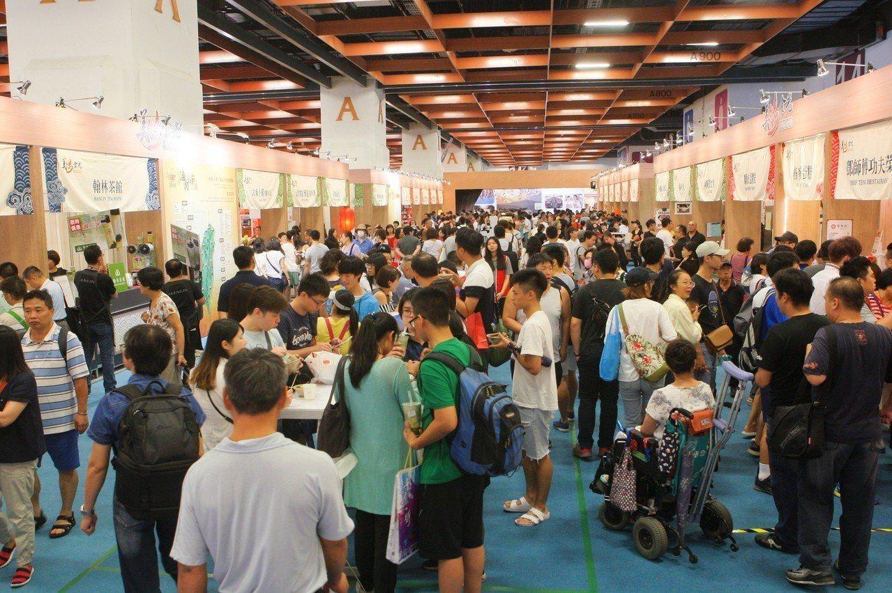 今年美食展人氣雖大幅衰減,但是小吃區仍然吸引許多民眾。記者陳睿中/攝影