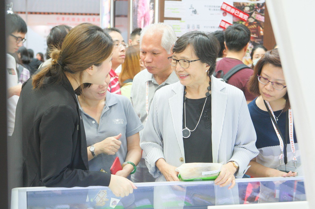 台灣觀光協會會長葉菊蘭於現場巡視各攤位銷售狀況。記者陳睿中/攝影
