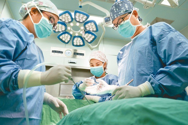 手術進行時,主刀醫師(右)負責下刀,刀助(左)協助撥開或固定組織,刷手護理師(中...
