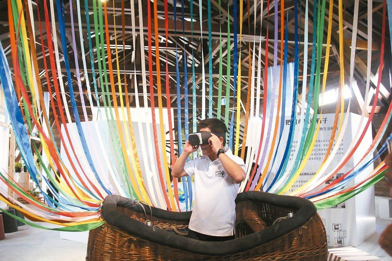 台東縣長黃健庭(中)昨下午前往275倉庫參觀台東設計展「有一種浪潮,叫台東」,他...