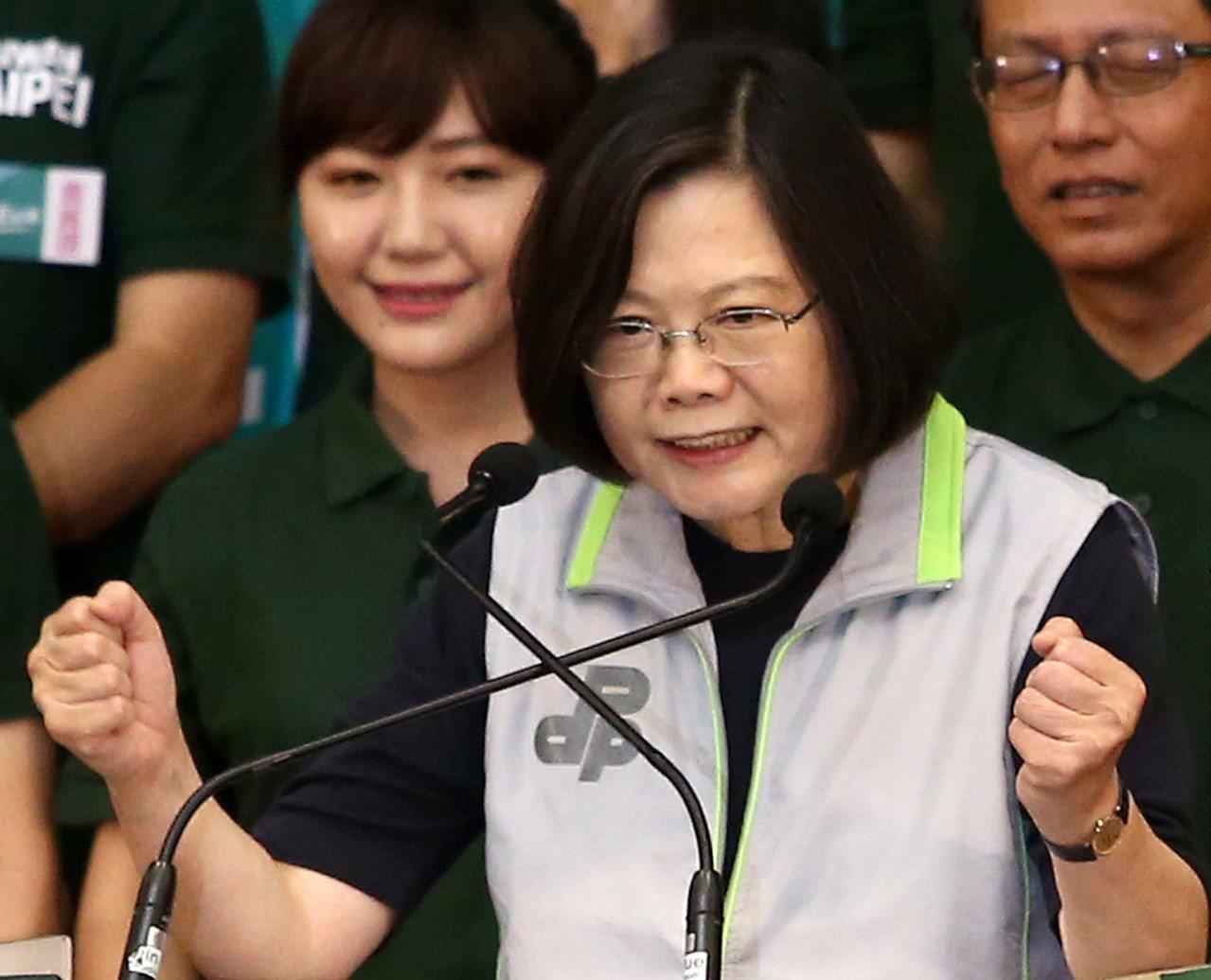民進黨主席蔡英文(右)為民進黨台北市參選人造勢,表示台灣目前不缺電、經濟也比國民...