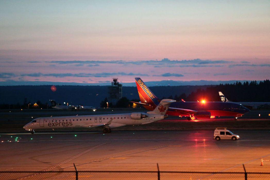 西雅圖機場10日發生飛機失竊事件時,機場一度暫停運作,所有飛機停在地面。(美聯社...