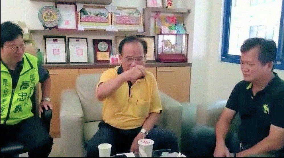 蘇煥智退出民進黨選台南市長,圖為他在基層拜會爭取支持。圖/蘇煥智陣營提供