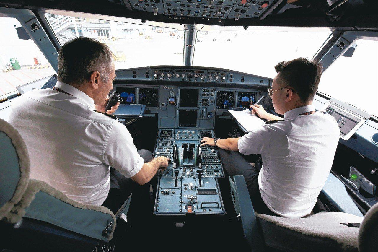全球航空業迎來機師荒,各家業者紛紛祭出高薪、福利以及設立培訓中心留才。 路透