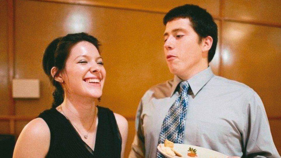 羅素的妻子漢娜說丈夫是「總能讓我笑」的男人。 取自羅素臉書