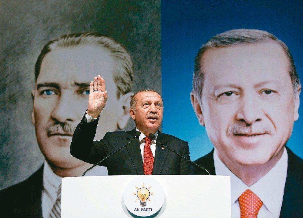 土耳其總統厄多安面臨土國幣值崩跌危機,圖為他11日向執政黨內同志發表談話。 新華...