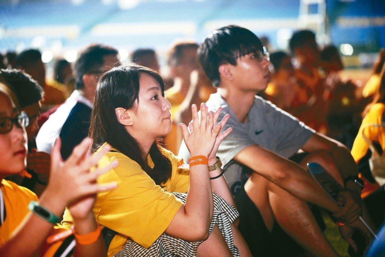 中國信託最新品牌形象廣告「倆好球」首映會上周五(10日)於台中洲際棒球場舉辦,中...