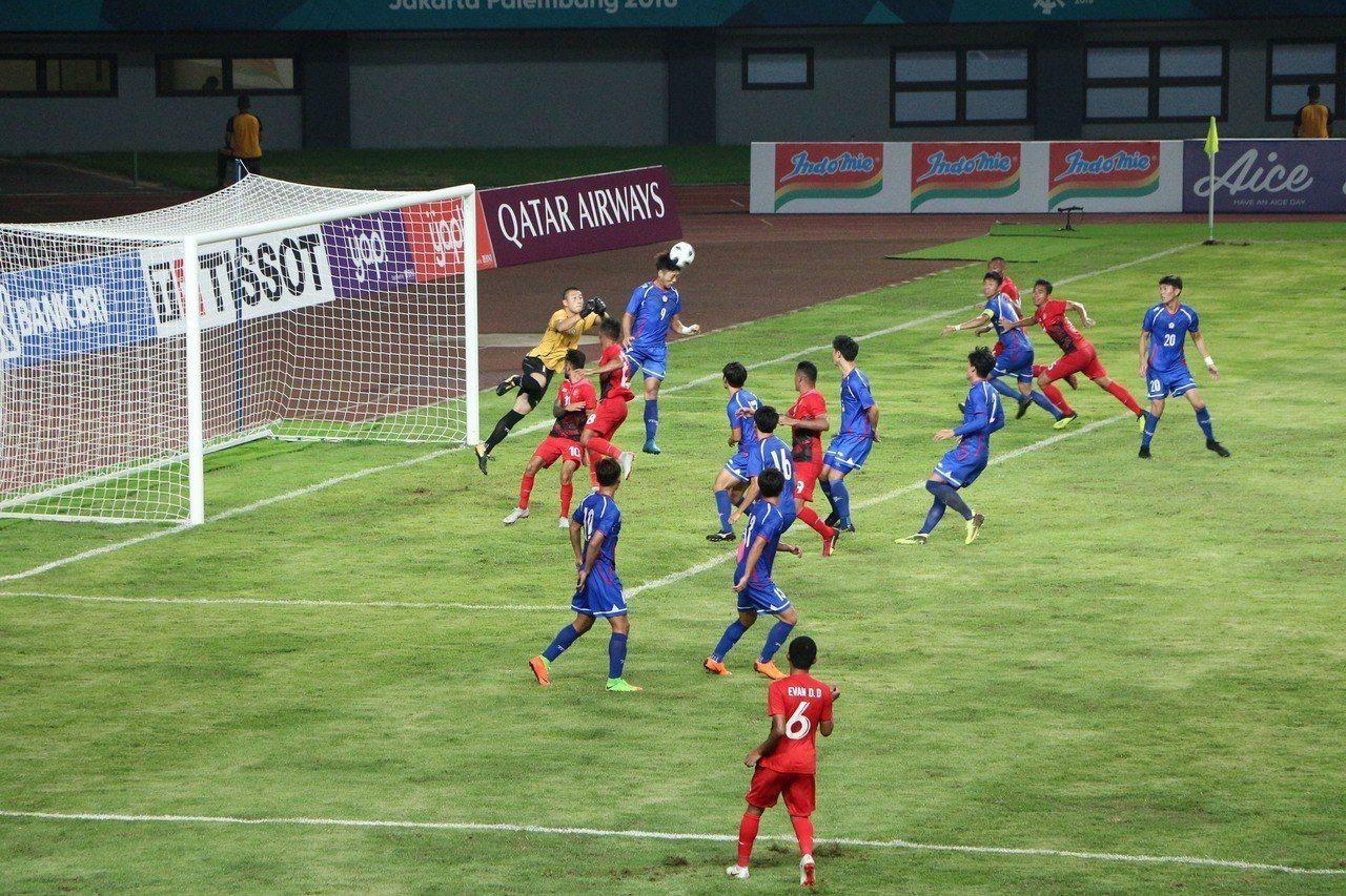 中華男足12日在雅加達亞運對戰東道主印尼隊,圖為中華隊9號李祥偉門前頭頂清球。 ...
