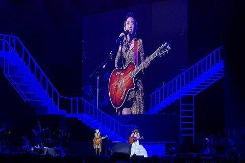 馬來西亞金曲歌后戴佩妮「賊」亞洲巡迴演唱會昨晚在吉隆坡舉行,回到家鄉的她玩性大發,除了大拋笑彈外,還邀來好友陳綺貞擔任嘉賓,兩人還自曝許多生活有趣瑣事。由於吉隆坡是亞洲巡迴演唱會最後一場,戴佩妮昨晚...