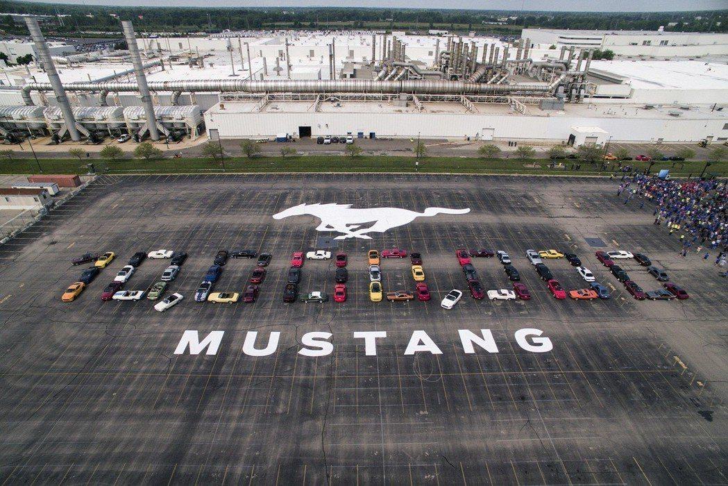 60多名不同車型年份的Ford Mustang車主將愛車拼出1,000萬輛里程碑的車型,以紀念第1000萬輛Mustang的誕生。 圖/福特六和提供