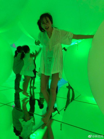 林志玲在微博分享自己與小朋友玩樂的照片,看起來非常開心,不過她那超細的美腿,讓大家看了都很驚訝。林志玲12日在微博分享自己玩樂的照片,並寫道:「好~好~玩 Have a great Sunday !...