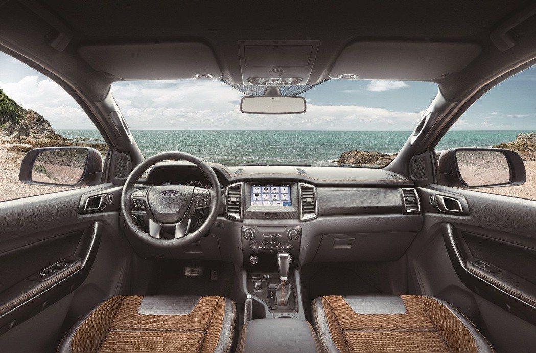 車室空間以寬闊大器的水平線條鋪陳,搭配Wildtrak座艙飾板及運動造型座椅,打...