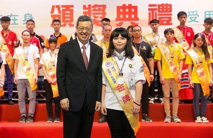 副總統陳建仁與桃竹苗分署的西餐烹飪選手蔡佩芬(右)合影。她身為總鋪師孫女,手上全...