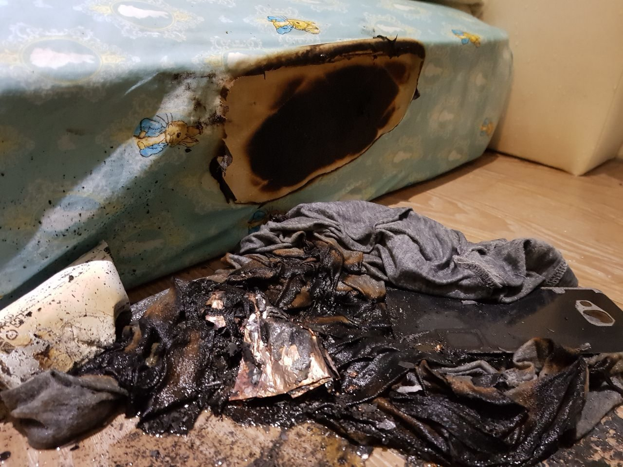 網友PO出手機爆炸燒焦床墊的照片。 圖擷自PTT