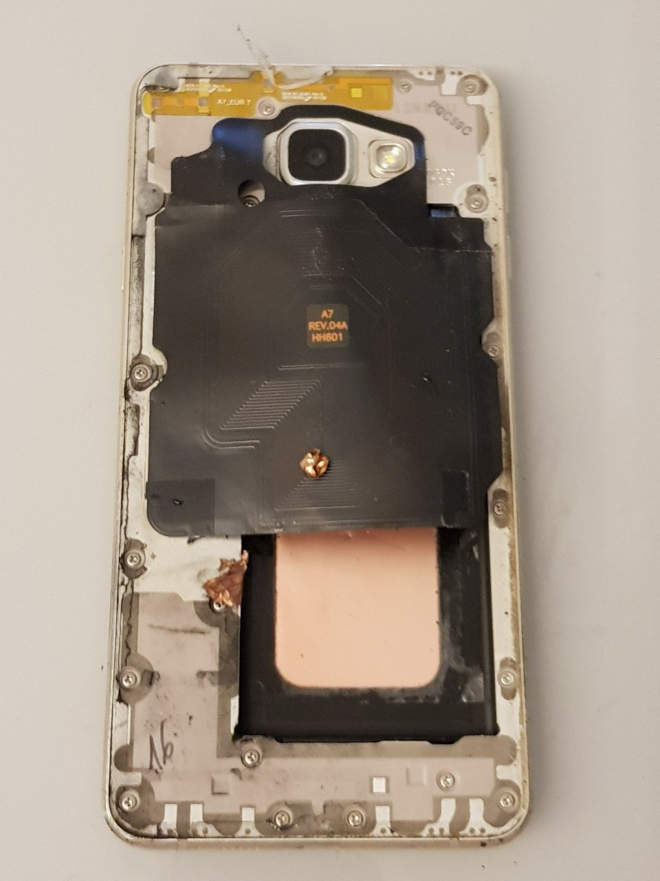 民眾手機爆炸,背蓋炸飛,但是手機本體沒有大礙。 圖擷自PTT