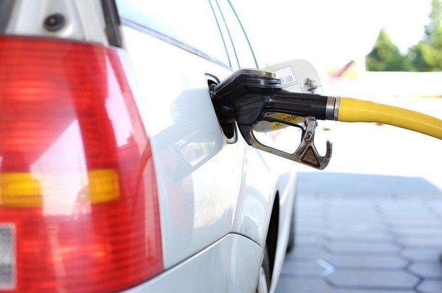 中油將調降各式汽油價格每公升0.2元及柴油價格每公升0.1元。(photo by...