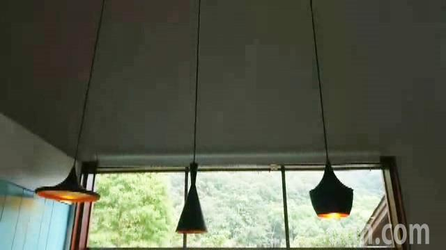 苗栗縣三義鄉舊山線旁一家人氣咖啡店的1盞吊燈(圖左)擺盪,與其他盞大異其趣。記者...