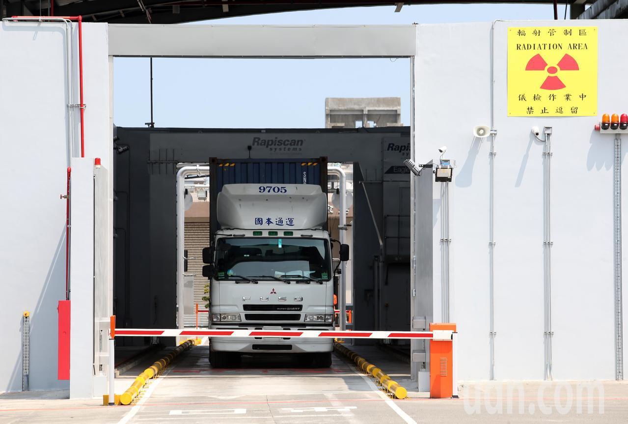 全國首部軌道式X光檢查儀昨天在高雄港啟用,將可有效打擊走私犯罪。記者劉學聖/攝影