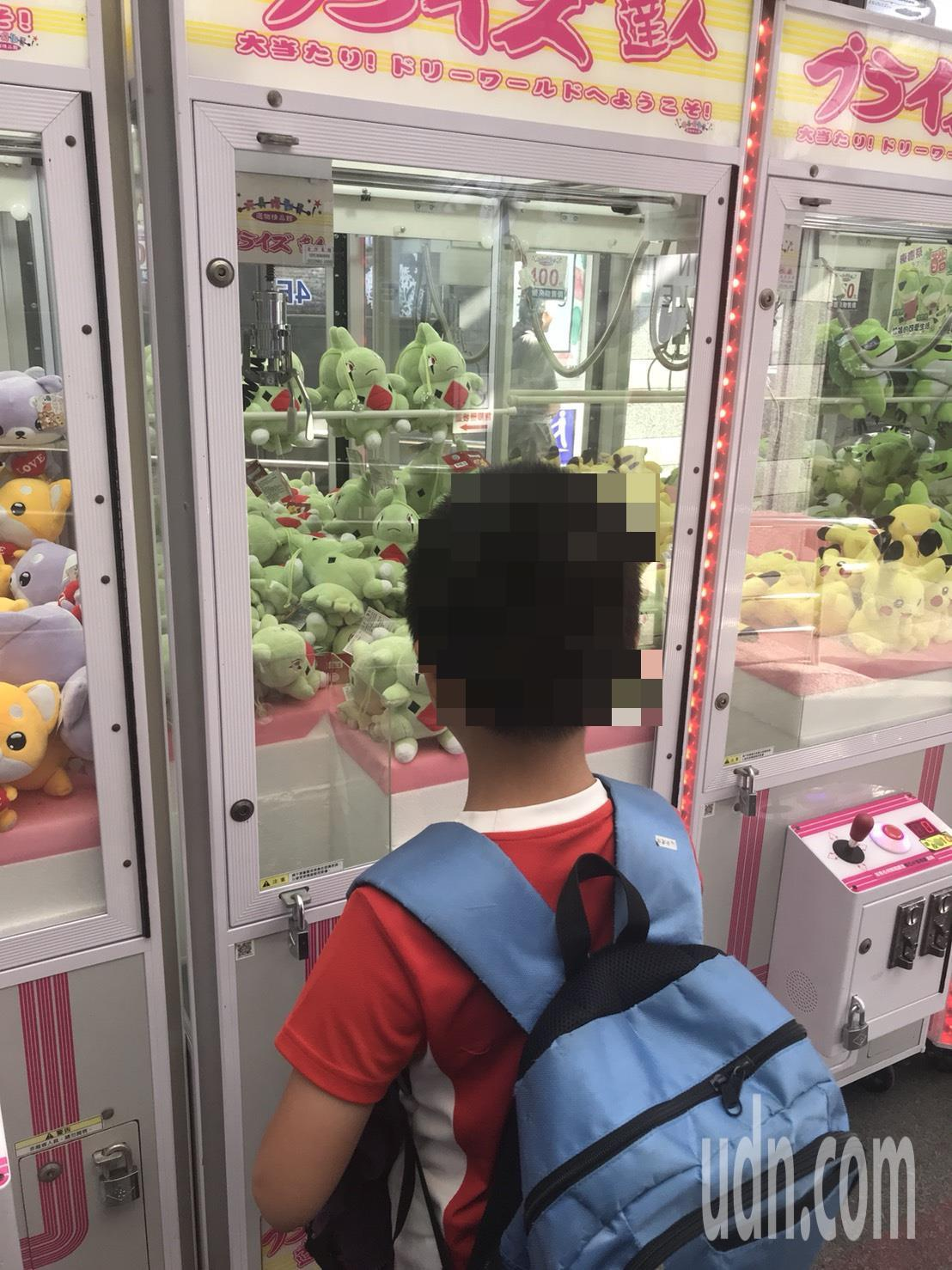 夾娃娃機誘惑大,除娃娃外,有18禁、摸彩券、遊戲機等,學童很容易受引誘,家長要特...