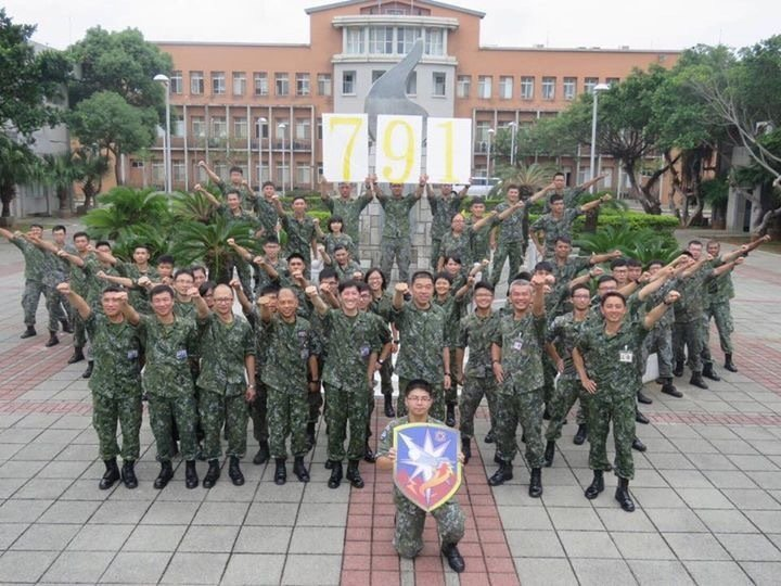 空軍防空部曾透過官方粉絲專頁,披露指揮官范大維巡視防空791旅,文宣照無所不在的...