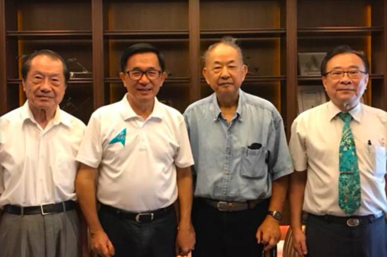 陳水扁(左二)兩日前與《被出賣的台灣》中譯者陳榮成(右二)的合照。圖/擷取自臉書...