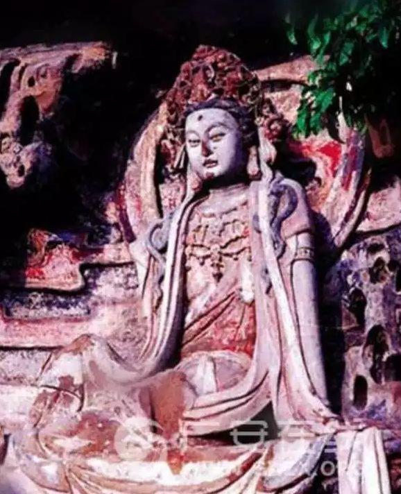 四川廣安地區摩崖造像中的一尊水月觀音像,此為尚未修復前的樣貌。(照片/微博)