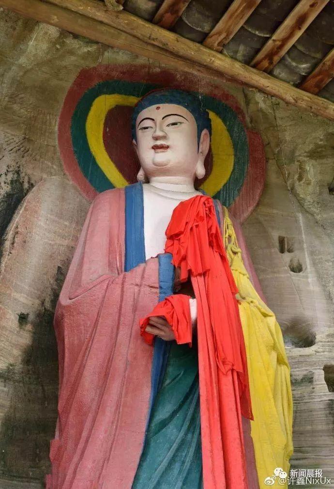 四川安岳石窟的宋代佛像修復後,讓原本充滿仙氣的佛像一秒入紅塵。(照片/微博)
