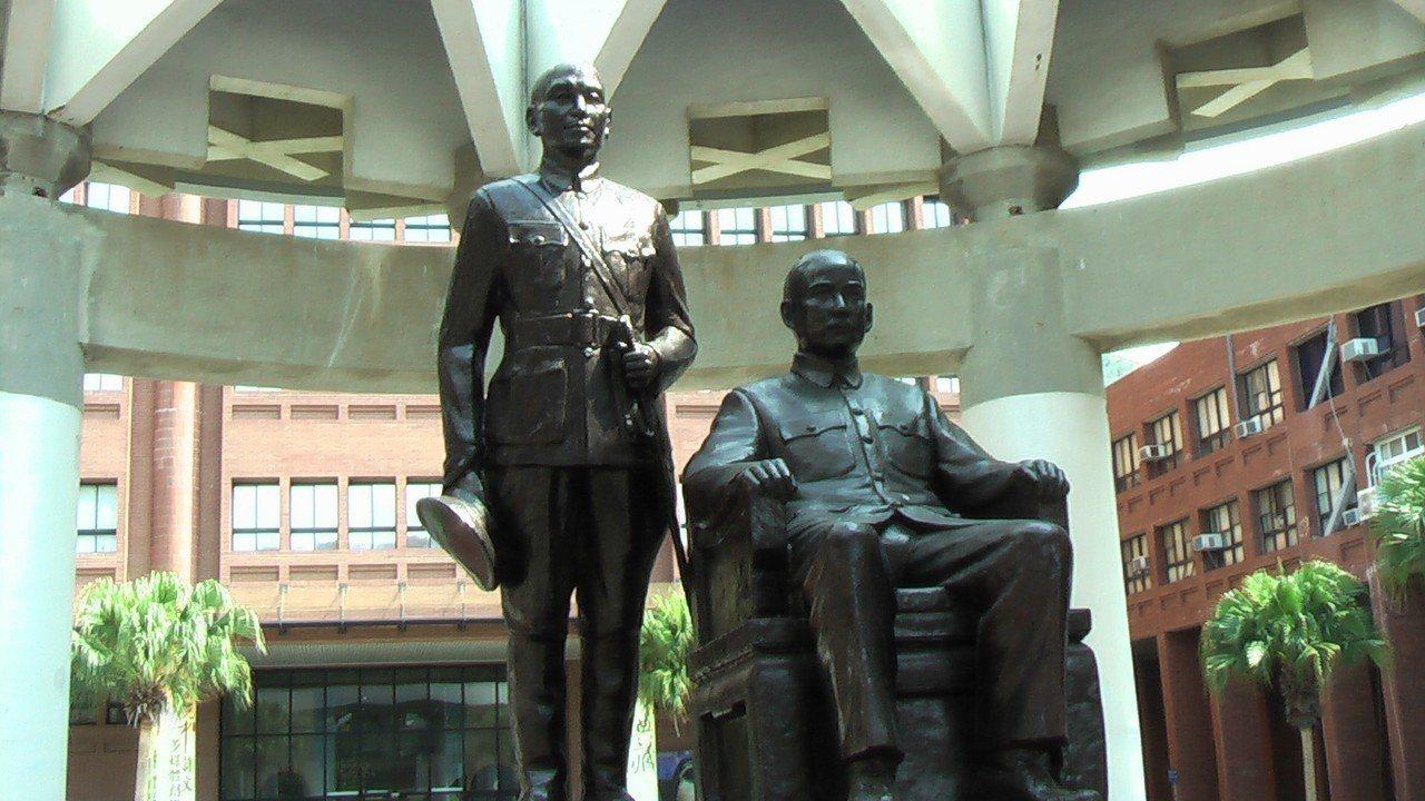 中山大學銅像公投結果,孫中山銅像(右)維持現狀,蔣中正銅像(左)則移至校內其他地...