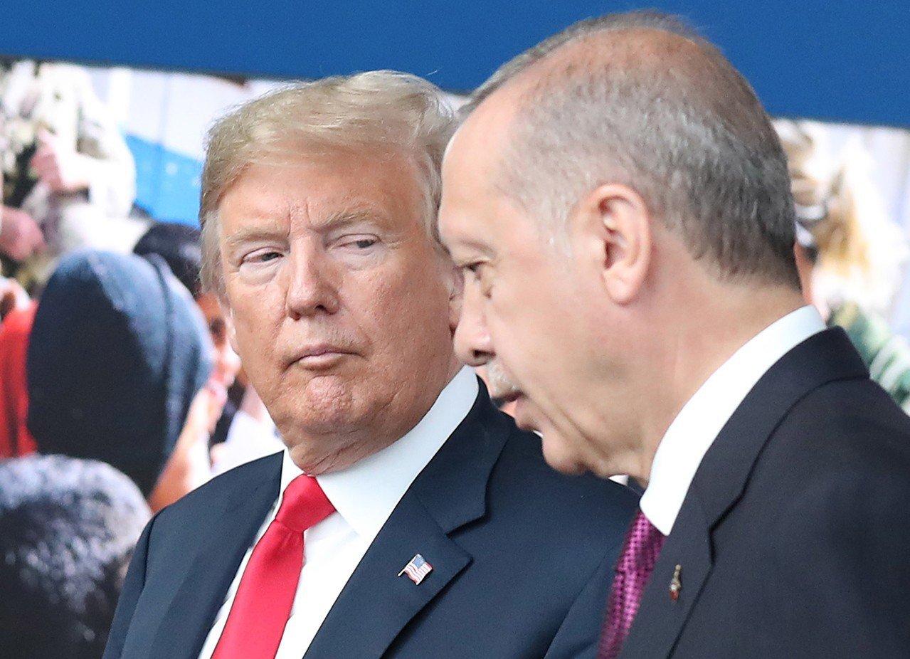 美國總統川普(左)和土耳其總統厄多安(右)7月11日在布魯塞爾的北約峰會上碰頭。...